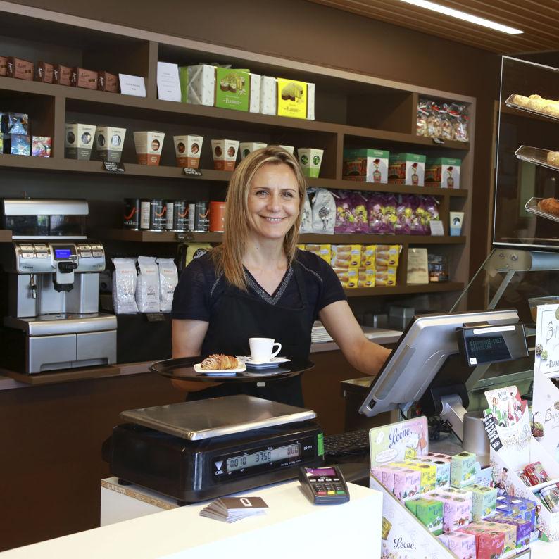 Laura sert le café